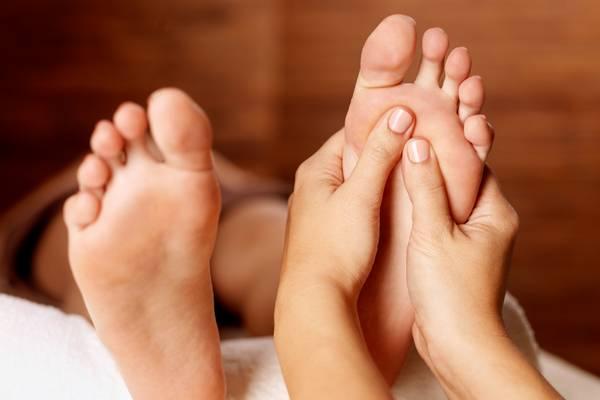 Comment bien masser les pieds après une rude journée