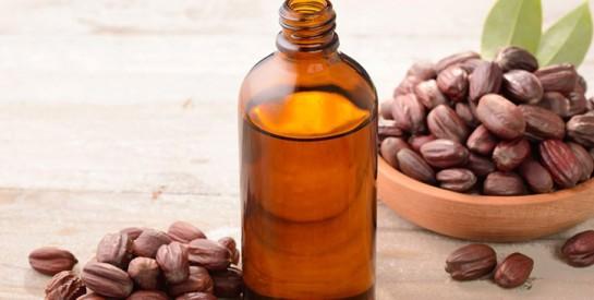 Cheveux gras et pellicules: 4 soins avec l'huile de jojoba